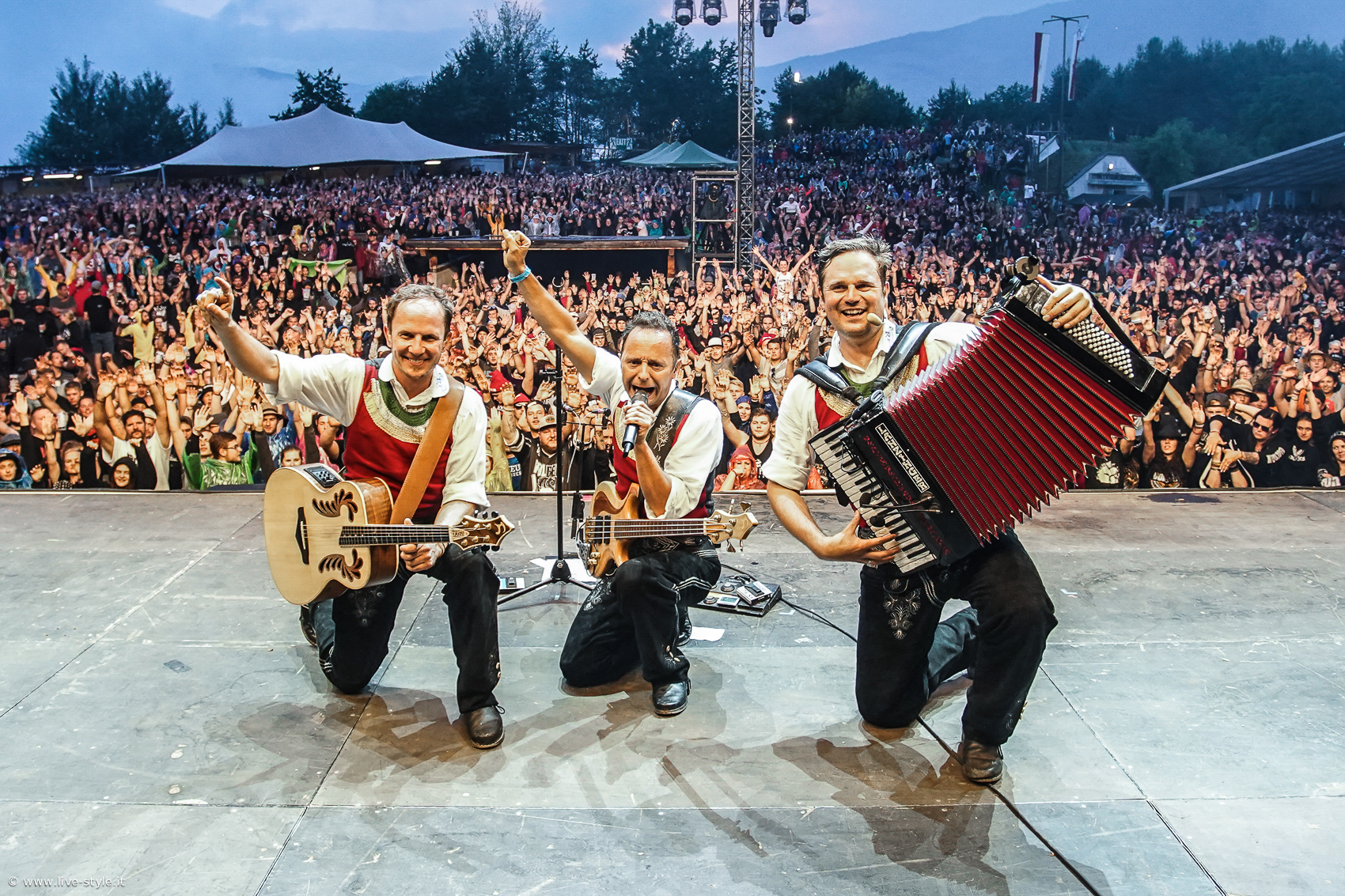 Die jungen Zillertaler live auf der Bühne. Daniel, Markus und Michael. Credit Die jungen Zillertaler