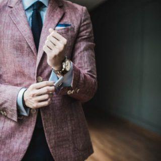 Bild zeigt Mann mit Krawatte und Sakko
