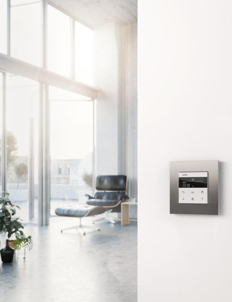 Schalterdesign Gira Esprit Edelstahl an weißer Wand im Wohnraum.