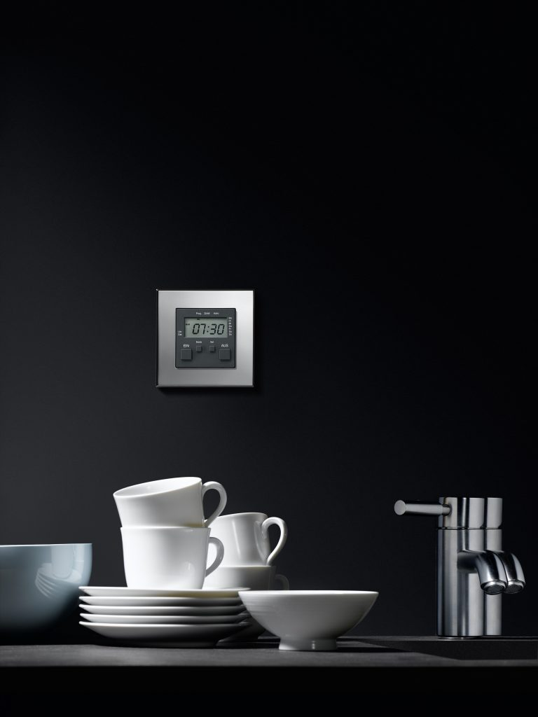 Schalter von Gira an schwarzer Wand, Modell Gira Esprit Edelstahl